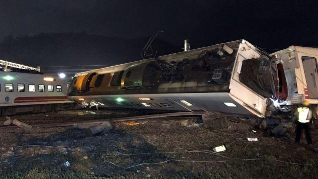 Descarrila tren en Taiwán hay al menos 18 muertos