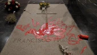 Tumba de Franco es pintada con paloma de la paz