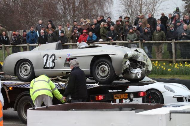 Un Mercedes-Benz 300SLS se impactó contra un Lister en la zona de pits durante el Slavadori Cup del Goodwood Member's Meeting en Reino Unido (Jalopnik)