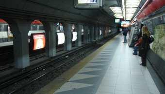 video-vendedor-metro-cae-anden-cabeza-buenos-aires-argentina