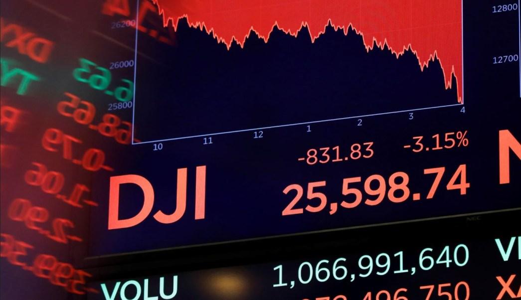 Wall Street opera mixto, acciones bancarias suben