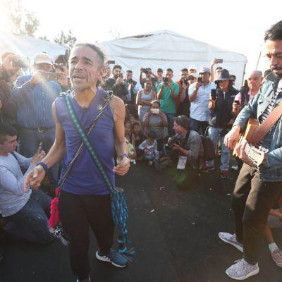 Café Tacvba visita y canta para migrantes en albergue de Iztacalco