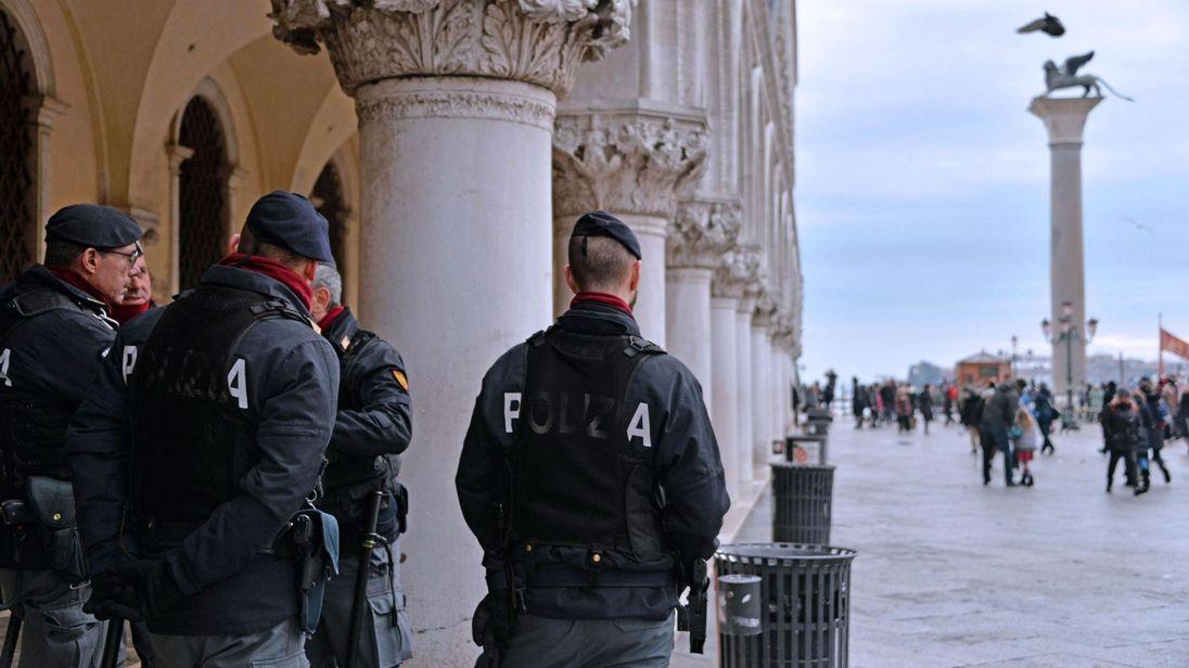 Agentes de la policía de Venecia, Italia, vigilan una de sus principales plazas