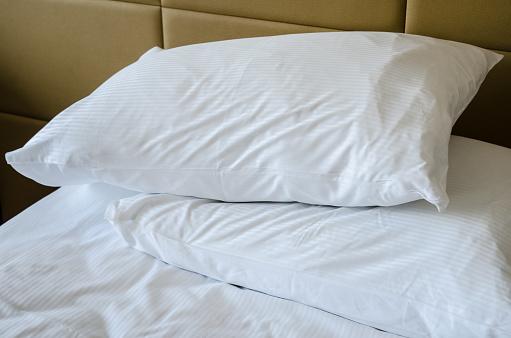 Algunos especialistas recomiendan hasta dos ciclos de lavado para las almohadas, con el fin de remover incluso los restos del detergente (GettyImages)