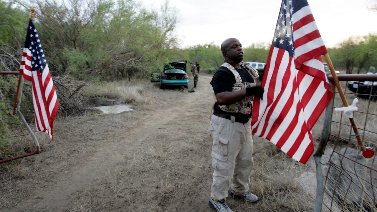 Grupos antiinmigrantes vigilan la frontera de Estados Unidos
