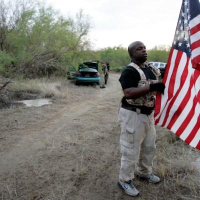 Grupos antiinmigrantes vigilan la frontera de Estados Unidos ante arribo de caravanas