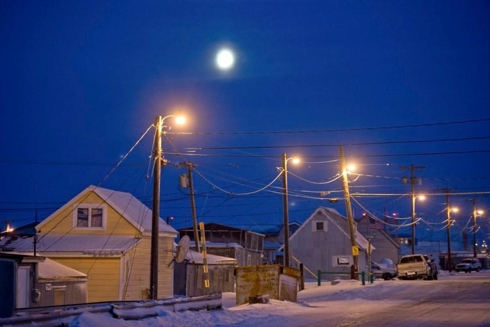 Así se ven algunas de las casas de Utquiagvik durante la noche polar de 2017 (ADN)