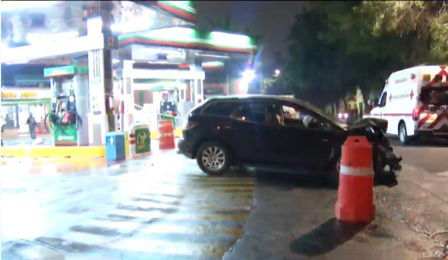 Camioneta se estrella contra gasolinera en Azcapotzalco