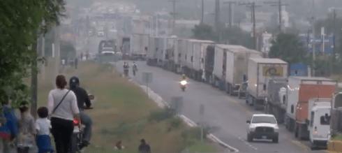 Volcadura paraliza carretera a Laredo, en Ciénega de Flores, NL