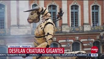 Desfilan criaturas gigantes en Toulouse, Francia