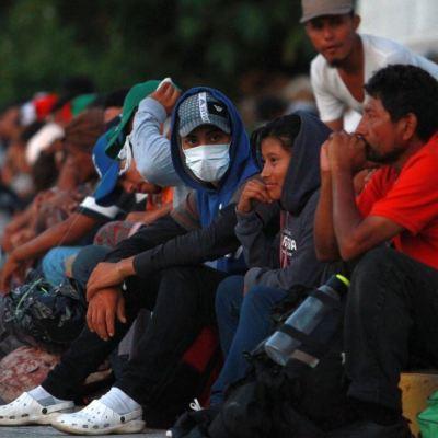 Despiden a bombero que exhortó a cazar migrantes en Texas