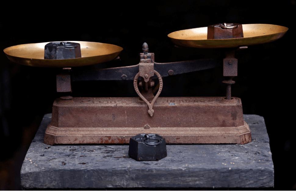Dos pesas se observan en una balanza. (Reuters, archivo)