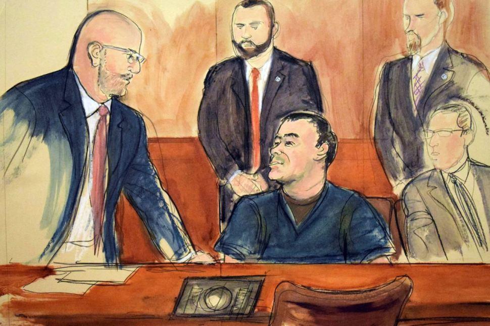'El Chapo' habla con su abogado, Eduardo Balarezo, después de que un juez denegara que hablara directamente a la corte en julio de 2018 (AP Images)