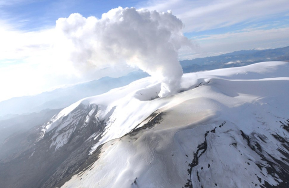 El Volcan Nevado del Ruiz se encuentra en alerta amarilla desde 1985, con actividad volcánica recurrente y expulsión de humo y ceniza (Sismológico Colombiano)
