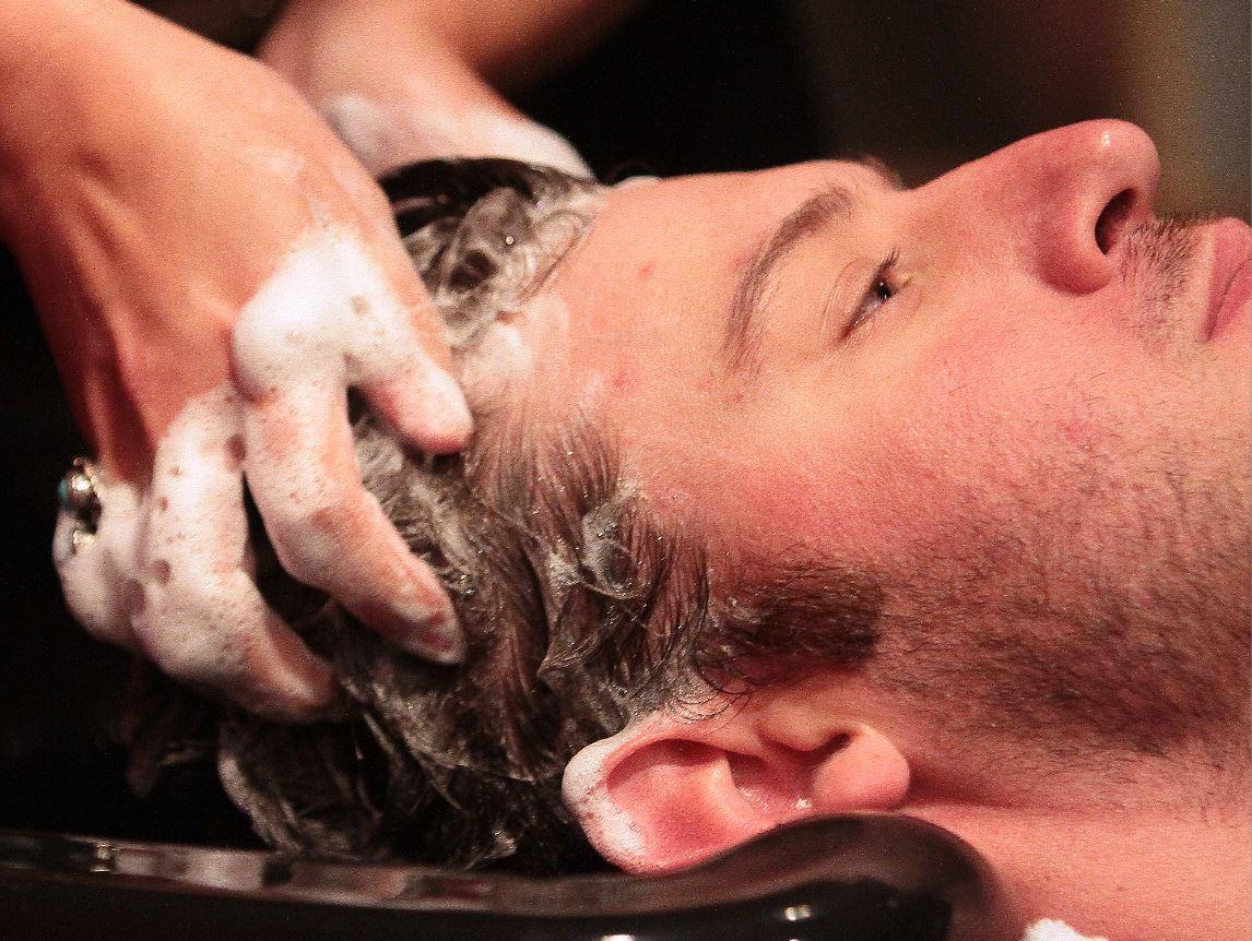 En el shampoo, el aceite de palma se usa como una forma de acondicionador (AP Images/Archivo)