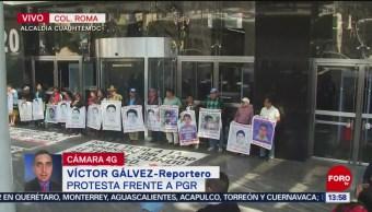 Manifestantes protestan frente a la PGR