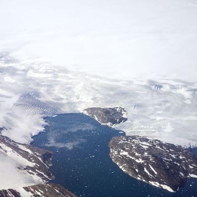 Científicos encuentran cráter bajo hielo de Groenlandia