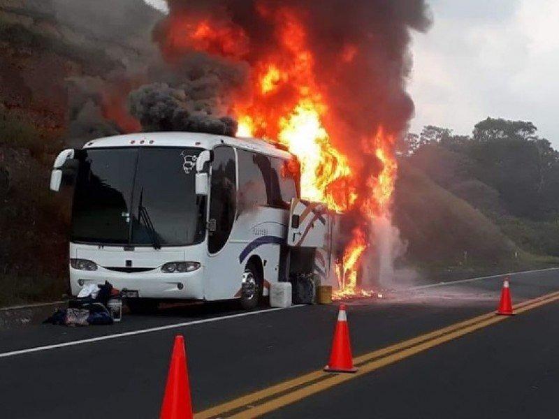 se incendia autobus con estudiantes unam en veracruz