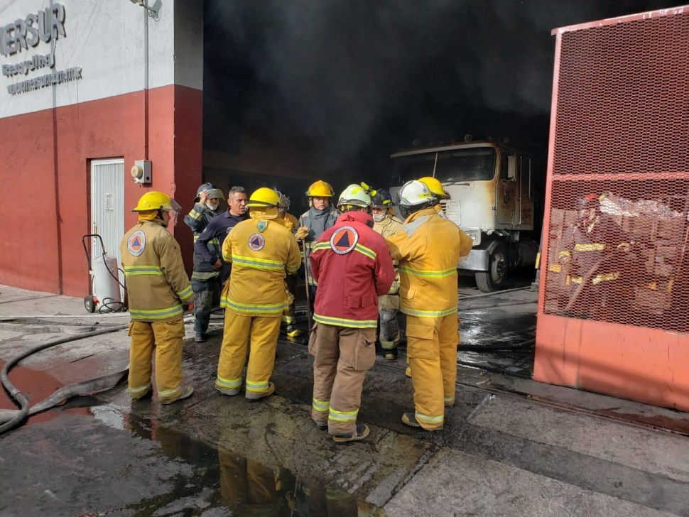 Incendio consume cartón dentro de recicladora