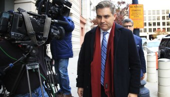 Juez retrasa decisión sobre credencial de prensa para CNN