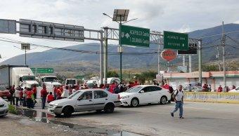 Jubilados y pensionados bloquean la Autopista del Sol