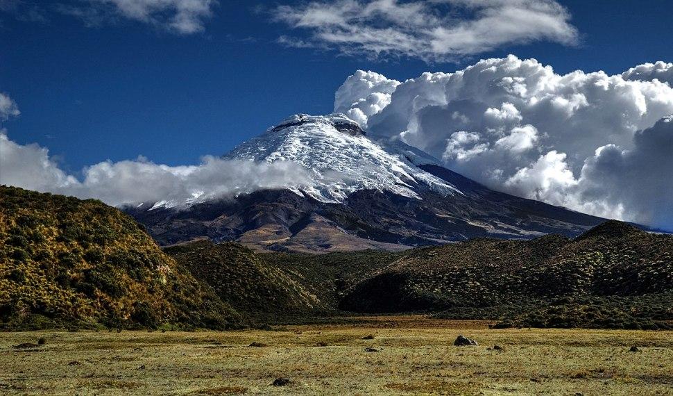 La cumbre del volcán Cotopaxi a menudo se encuentra cubierta de nieve y nubes (Wikimedia Commons)