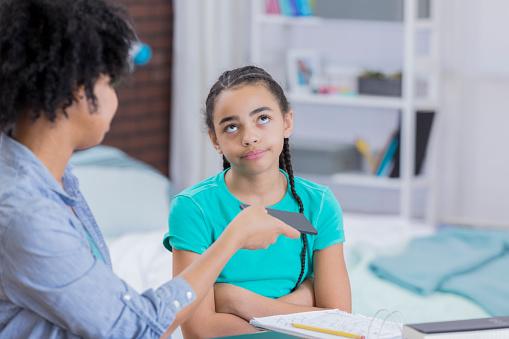 Las exigencias académicas de una madre pueden lograr que una hija tenga mayor éxito cuando sea mayor, así como a evitar el embarazo prematuro (GettyImages)