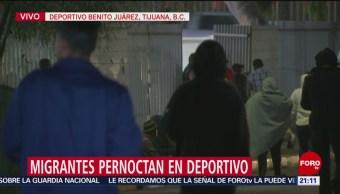 Migrantes pernoctan en el deportivo Benito Juárez en Tijuana