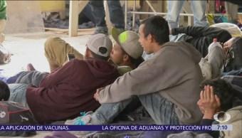 Migrantes ocupan calles cercanas a garitas de Tijuana, esperan asilo en EU