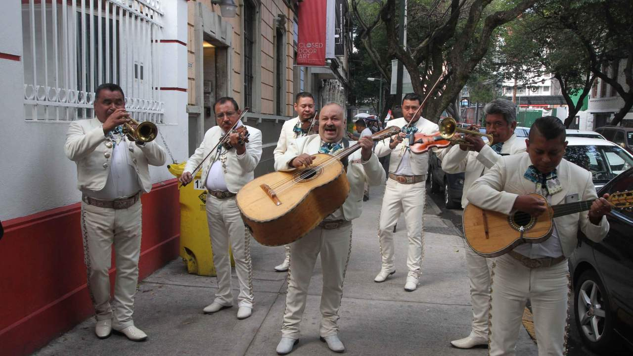 AMLO cumple años y mariachis le llevan serenata