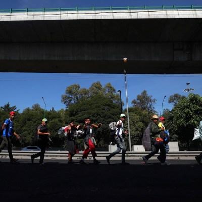 Cerca de 4 mil centroamericanos dejan albergue en CDMX y parten a Querétaro
