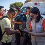 Miembros de caravana migrante reciben tarjetas de identificación en Tijuana