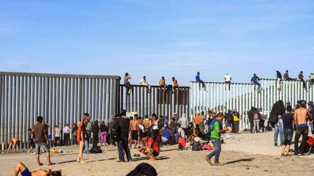 Migrantes cruzan valla en frontera de Tijuana con California