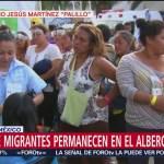 Migrantes hacen fila para recibir ropa en el albergue