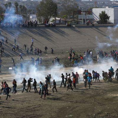 Centenares de migrantes rompen cerco policial para llegar a Estados Unidos