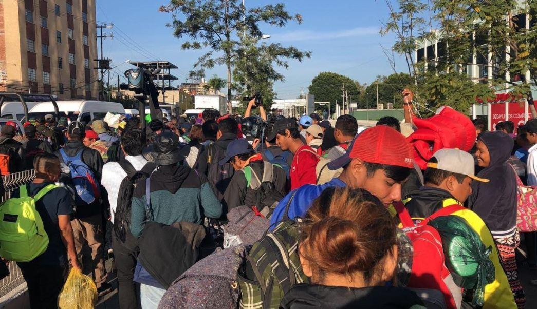 Caos vial en Periférico Norte por migrantes