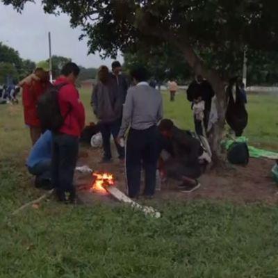 Migrantes de la cuarta caravana sufren frente frío en Veracruz