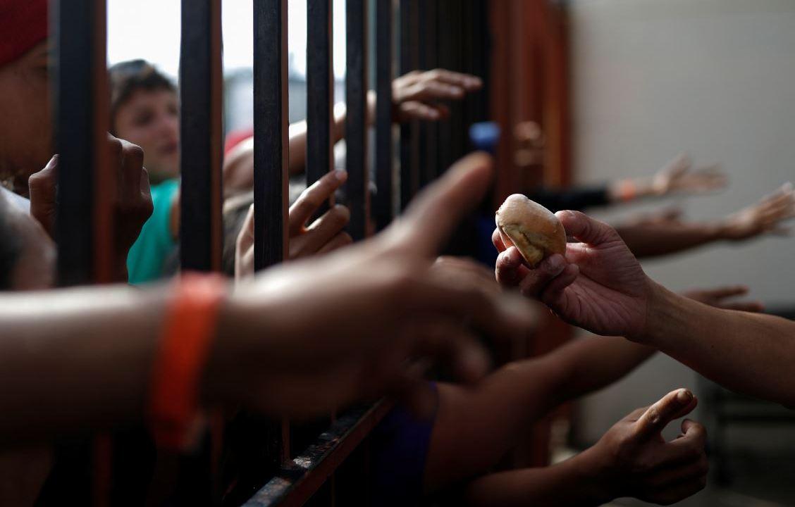 Alimento no alcanza para migrantes en albergue habilitado en Tijuana