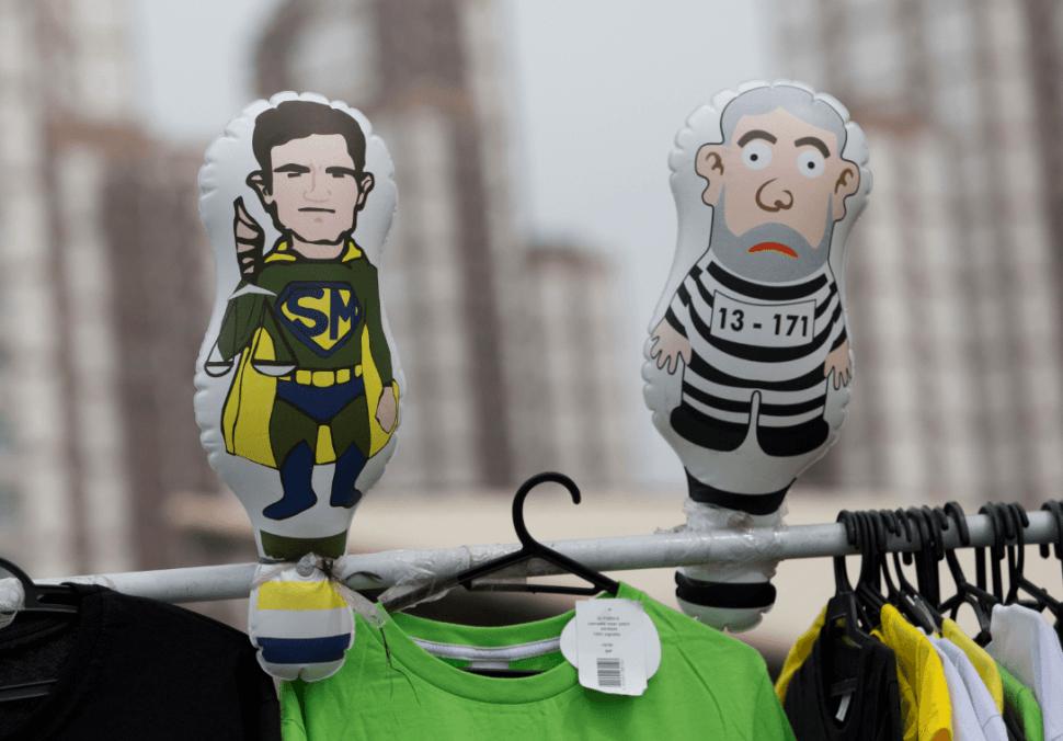 Muñecos inflables del juez Sergio Moro y del expresidente Lula da Silva. (AP)
