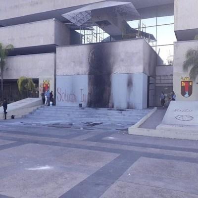 Normalistas vandalizan el Palacio de Gobierno de Chiapas