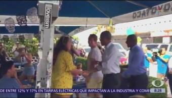 Obama se toma selfies con comensales de una taquería