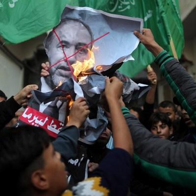 Renuncia el ministro israelí de Defensa por tregua en Gaza, en un golpe a Netanyahu