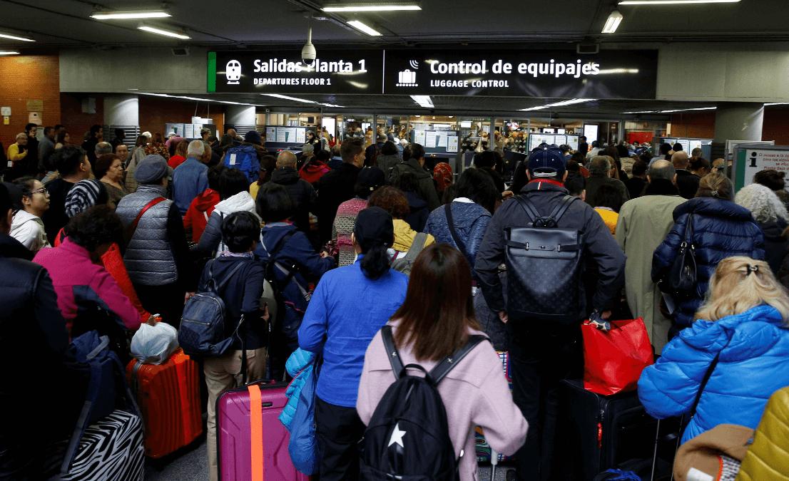 Pasajeros evacuados en trenes de España. (Reuters)