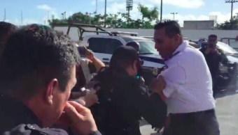 Paran policías y sacan a empujones a mando en Cancún