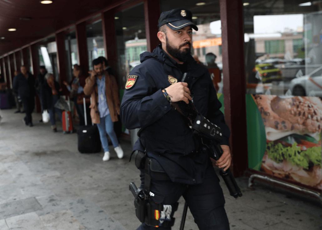 Policía español en estación de tren. (Reuters)