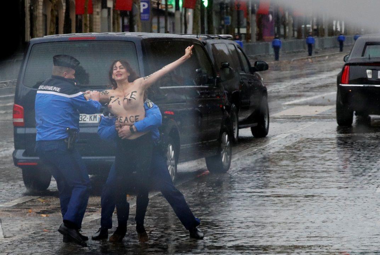 Manifestante protesta con pecho desnudo por Trump en Parí