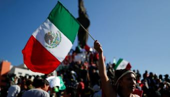 Marchan a favor y en contra de los migrantes en Tijuana