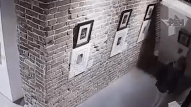 Selfie afecta grabado de Dalí en museo de Rusia