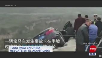 Todo pasa en China: Ayudan a familia a escapar de auto