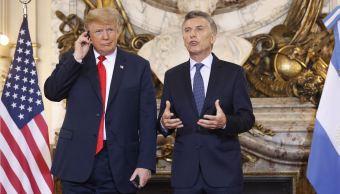 Trump se molesta con la traducción y arroja los auriculares